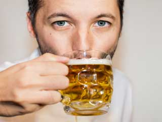 शराब का अधिक सेवन करने घटती है उम्र