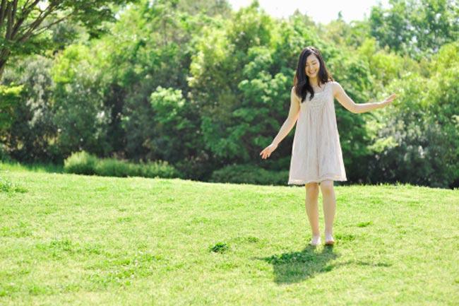 हरी घास पर चलना
