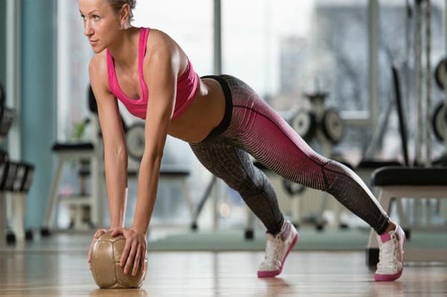 मेडिसिन बॉल प्लैंक (Medicine ball plank)