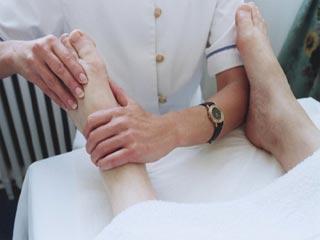 कमर दर्द से राहत पाने के लिए करें पैरों की मसाज