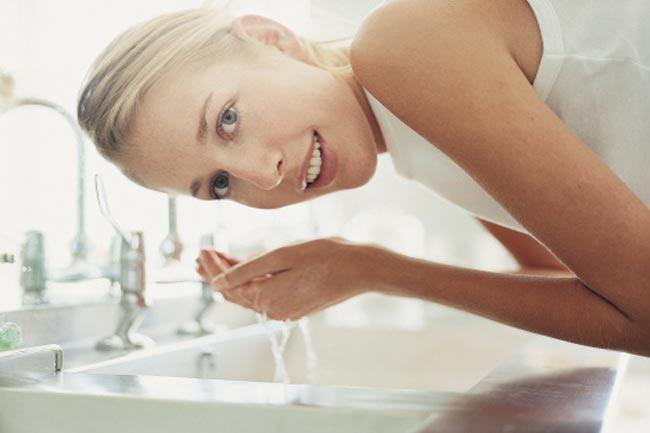 ठंडे पानी से अपना चेहरा धोयें