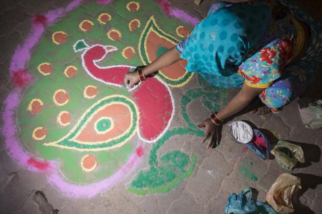 घर के आंगन में रंगोली बनाना