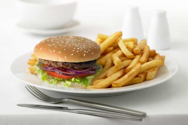 स्वास्थ्य को नुकसान पहुंचाते अस्वस्थ आहार