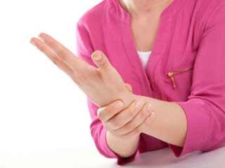 इन उपायों से दूर करें कलाइयों में लगातार होने वाला दर्द और अकड़न
