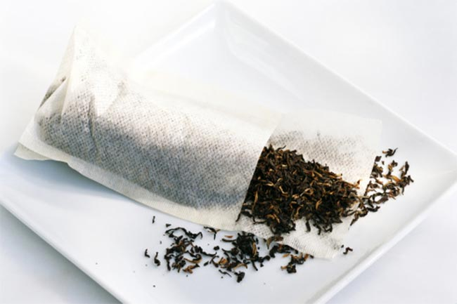 Black tea bags for denture pain
