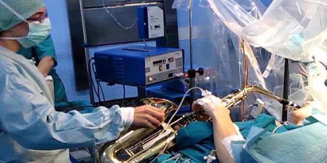 जानें कैसे ब्रेन सर्जरी के दैरान सेक्सोफोन बजाता रहा म्यूजिशियन