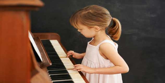पिआनो बजाती हुई बच्ची