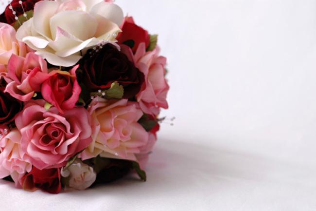 फूलों का गुलदस्ता और चॉकलेट