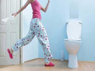 बार-बार वॉशरूम क्यों जाती हैं महिलायें और क्या है इसका उपचार
