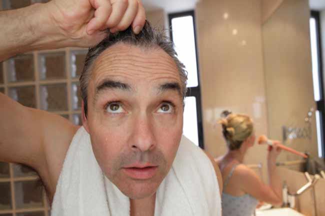 सफेद बालों को उखाड़ना