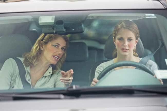 महिला ड्राइवर को मिलता है अजीब रिएक्शन