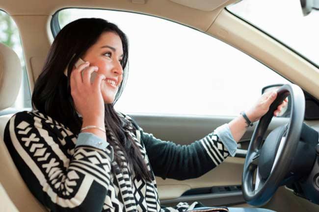 गाड़ी चलाते वक्त बात न करो
