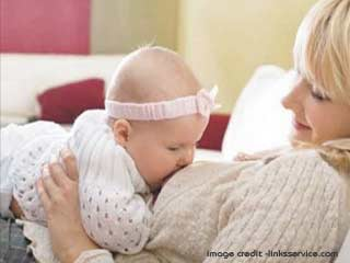 कैसे जानें कि शिशु ने पर्याप्त दूध पी लिया है