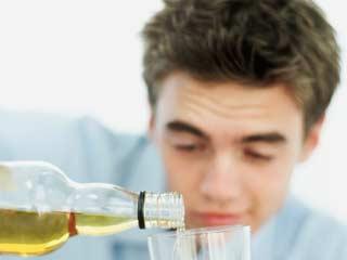 सप्ताह में 48 घंटे से ज्यादा काम करने से बढ़ता है ज्यादा शराब पीने का खतरा