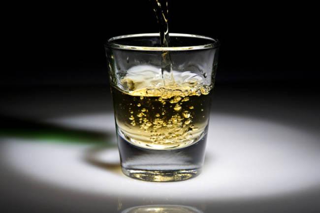 बुखार कम करने के लिये सफेद रम के साथ नींबू का रस और पानी