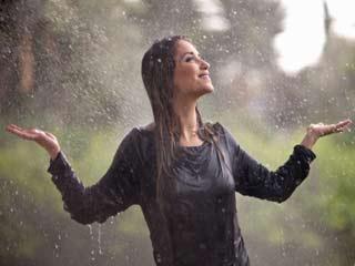 बीमार पड़े बिना कैसे लें बारिश का मजा
