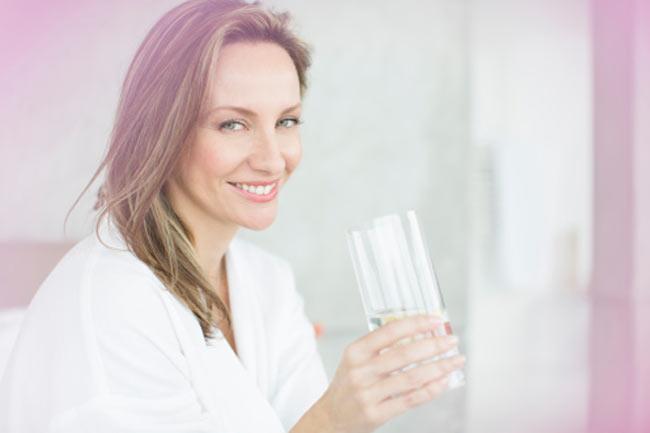 मिथ - ज्यादा पानी पीने से स्ट्रेच मार्क्स पर कोई प्रभाव नहीं पड़ता।