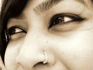 नाक की पियर्सिंग से जुड़े खतरों के बारे में जानें