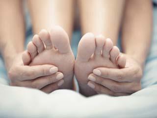 घर पर सही क्रम से पैरों में आयुर्वेदिक मसाज करने के टिप्स