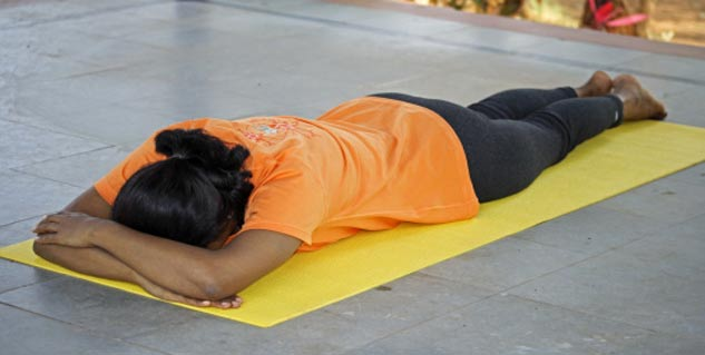 makarasana in Hindi