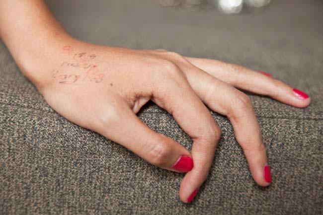 उंगलियों को स्ट्रेच भी करें