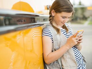 क्या आपके बच्चों को असामाजिक बना रहा है स्मार्टफोन