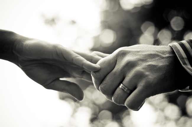 एक दूसरे का हाथ थामें