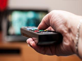 टीवी देखकर और लाइट जलाकर सोने से बढ़ सकता है मोटापा