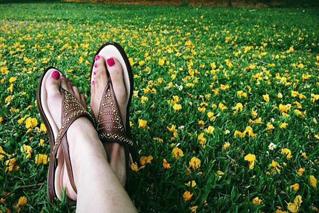 गर्मियों मे सैंडल पहने