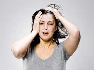 चिपचिपे बालों की समस्या से निजात पाने के टिप्स