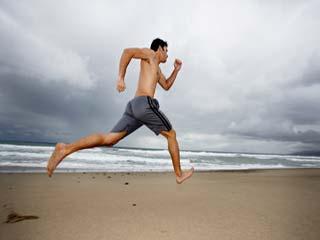 नंगे पैर दौड़ने से तकलीफ होगी कम