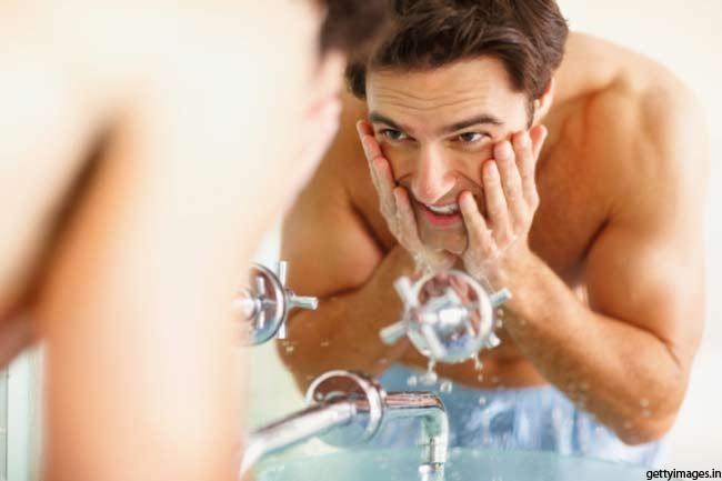 हल्के गुनगुने पानी से चेहरा धोएं
