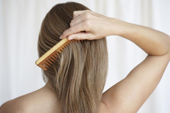 गीले बालों में कंघी करना आसान