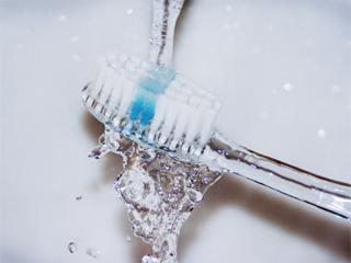 इस तरह से करें अपने टूथब्रश की साफ-सफाई