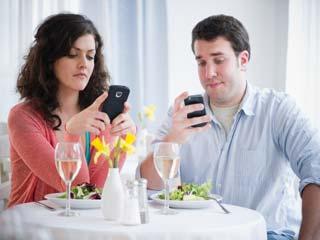 तनाव के साथ संबंधों पर भी मोबाइल हो रहा हावी