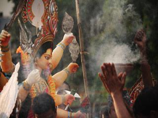जानें बॉलीवुड किस अंदाज में सेलीब्रेट करता है दुर्गा पूजा