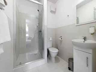 अपने बाथरूम में इन चीजों को कभी न करें स्टोर