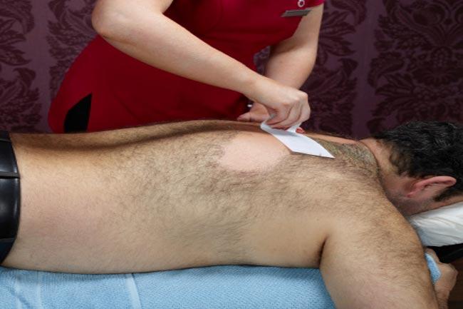 वैक्सिंग से पहले त्वचा को साफ कर लें
