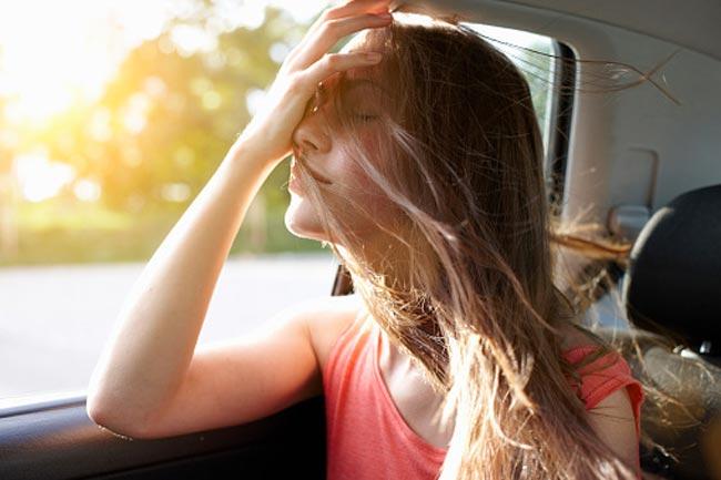 बालों को रूखा होने से बचाए