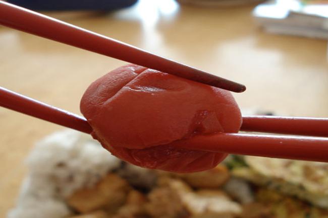 जापान में चॉपस्टिक से चॉपस्टिक तक खाना पास न करें