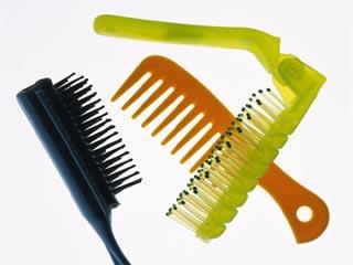 इन 4 आसान तरीकों से करें अपने कंघे की सफाई