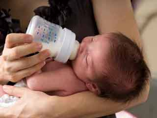 इन 4 कारणों से न मिलायें मां के दूध में शिशु फॉर्मूला