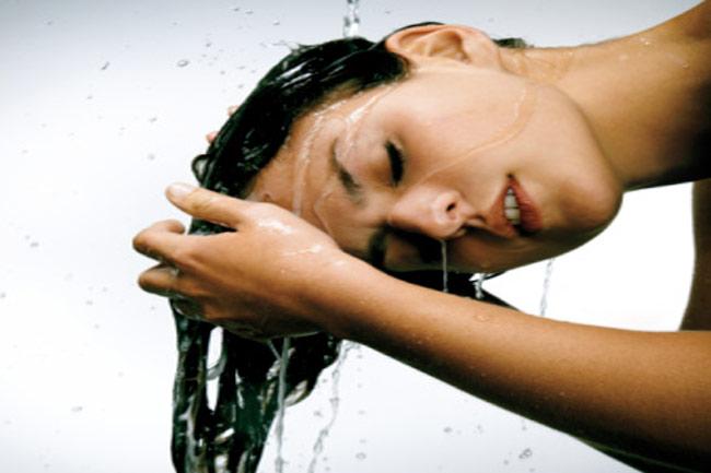 गुनगुने पानी से धोएं