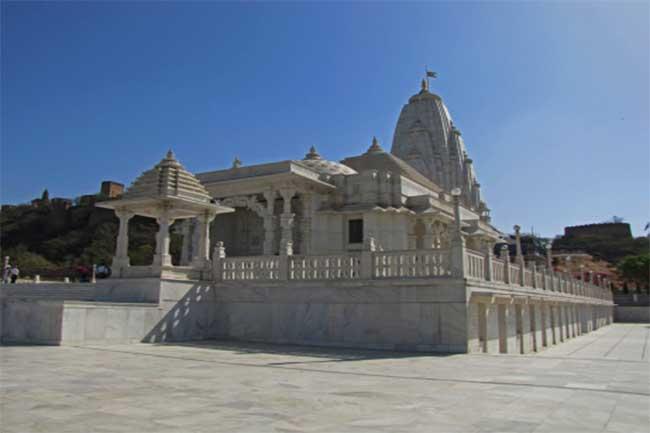 नजदीकी मंदिर जाएं