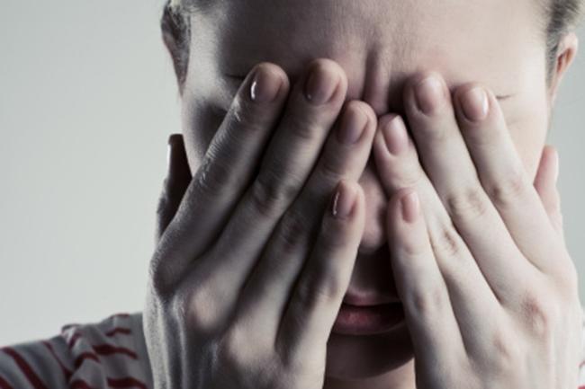 गंदे हाथों से आंखों को मलना
