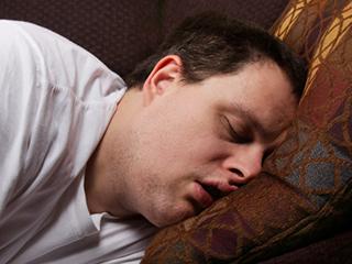 खर्राटों के कारण रात में बार-बार आ सकता है पेशाब