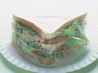 पॉलिथिन में पैक सैंडविच खाने से हो सकती हैं ये स्वास्थ्य समस्यायें