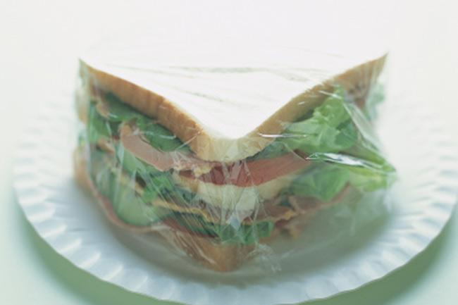 पॉलिथिन में पैक्ड सैंडविच