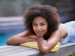 जानें धूप में बालों के चमकने और त्वचा के काले होने के कारण
