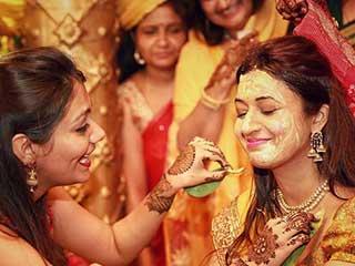 शादी से पहले दूल्हा और दुल्हन को क्यों लगाई जाती है हल्दी? जानें
